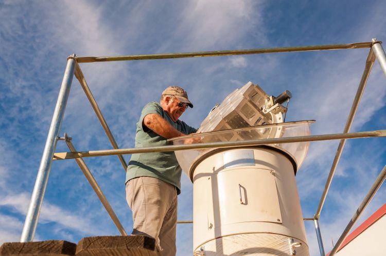 Phil Sadler aims a Himawari device at the sun.